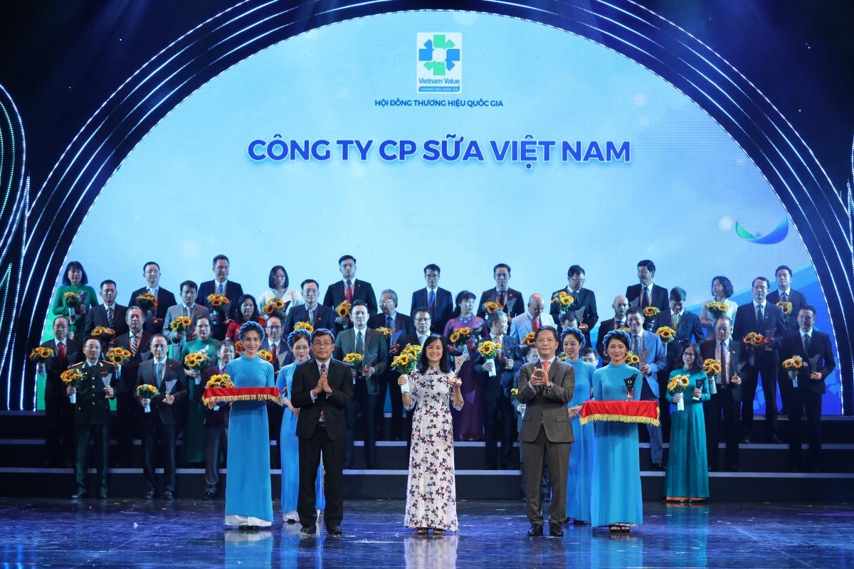 Bà Nguyễn Thị Minh Tâm – Giám đốc Chi nhánh Vinamilk Hà Nội đại diện nhận biểu trưng tại Lễ công bố các doanh nghiệp có sản phẩm đạt Thương hiệu quốc gia năm 2020 diễn ra tại Hà Nội ngày 25/11/2020.