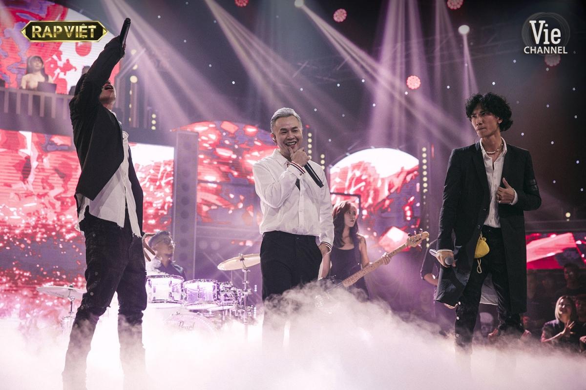 """Team Binz khiến khán giả """"tan chảy"""" với phần trình diễn """"What love is..."""" trong đêm Chung kết Rap Việt."""