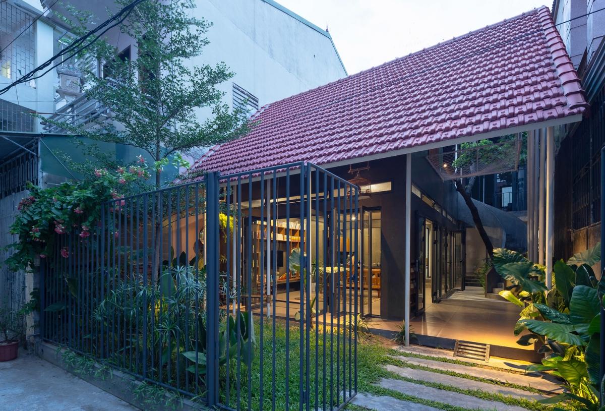 Nằm trong một con hẻm nhỏ của thành phố Vinh, Nghệ An ngôi nhà như một bức tranh yên bình giữa phố xá ồn ào, tấp nập.