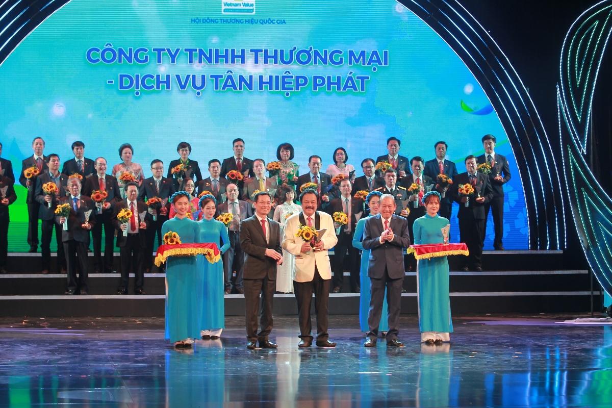 Ông Trần Quí Thanh vinh dự đón nhận Cup vinh danh Thương hiệu Quốc gia do Phó Thủ tướng Thường trực Chính phủ Trương Hòa Bình và Bộ trưởng Thông tin và Truyền thông Nguyễn Mạnh Hùng trao tặng.