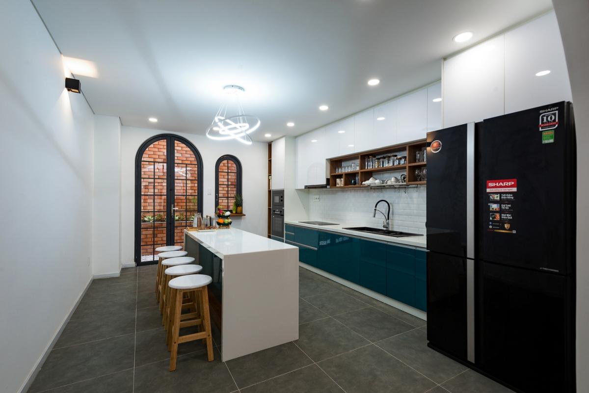 Khu vực chính tại tầng trệt là bếp và quầy bar phía sau nhà, bàn ăn được đặt tại khu vực giếng trời.