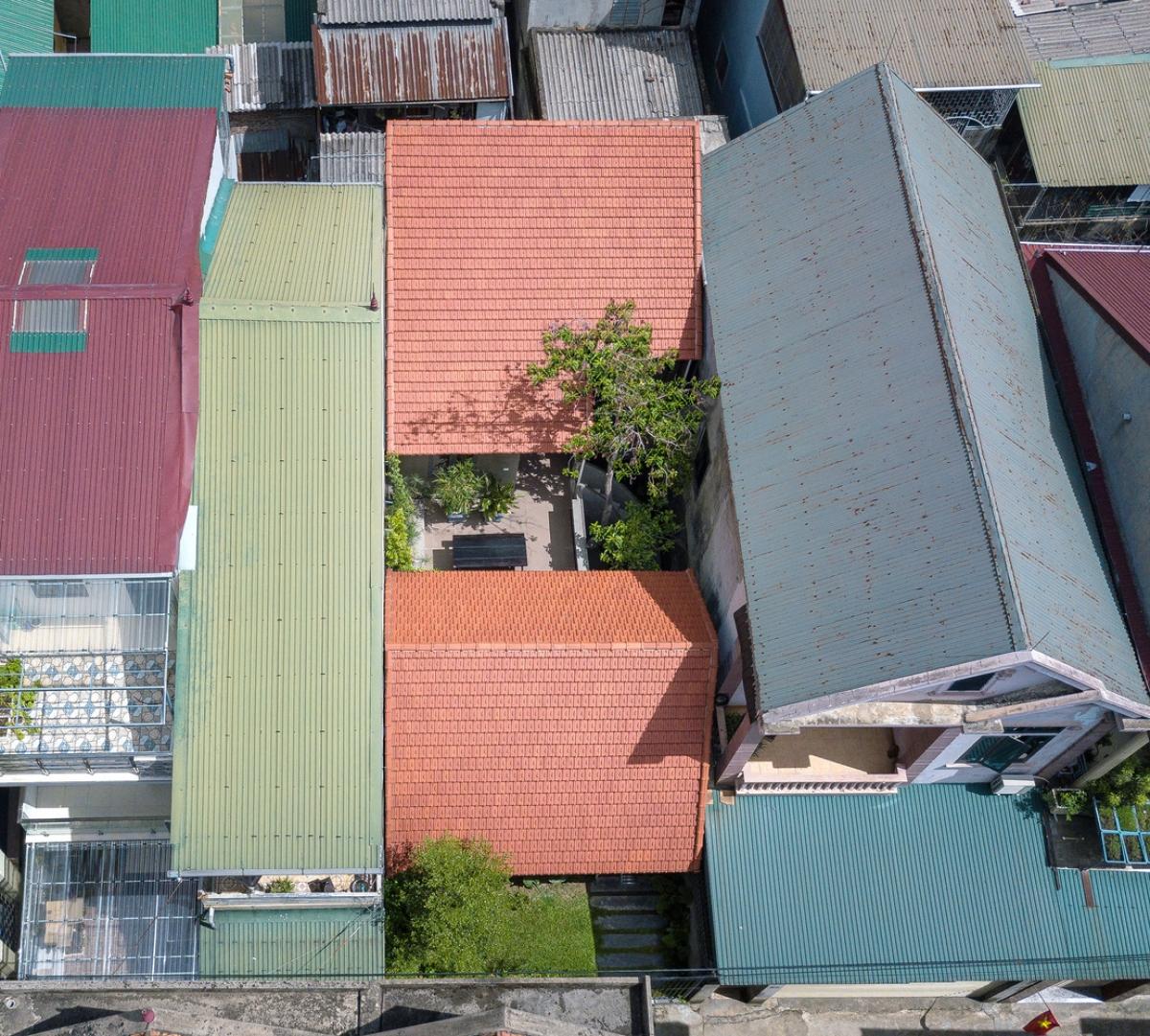 Là người hoài cổ, yêu thích các giá trị truyền thống nên chủ nhân ngôi nhà chọn kiểu nhà mái ngói, nhà cấp 4 giống với căn biệt thự vườn.