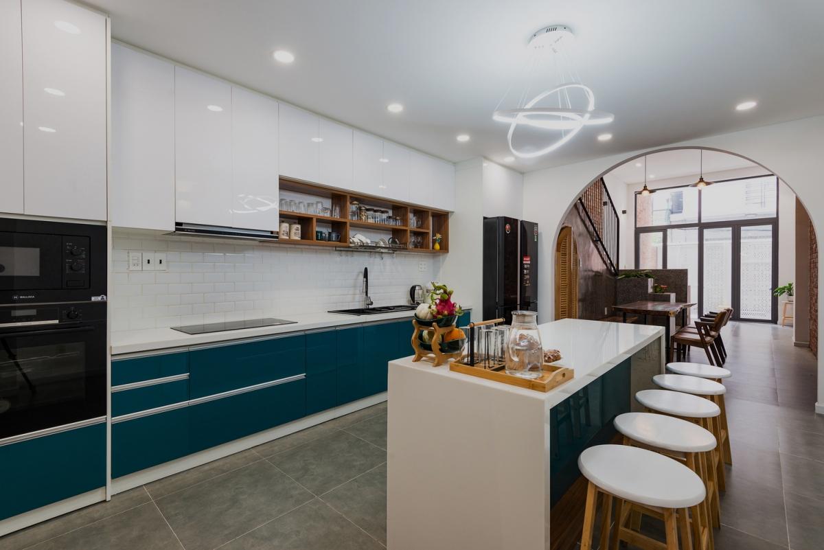 Cửa vào phòng bếp xây theo kiểu mái vòm, mang đến sự mới lạ cho kiến trúc nhà phố.