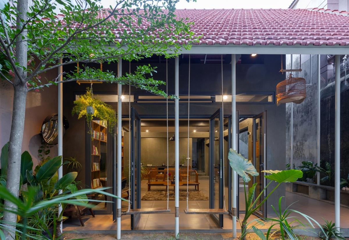 """Để hạn chế gió Lào gay dắt, chủ nhân căn nhà chọn kết hợp  """"vườn trong nhà """"-"""" nhà trong vườn """"."""
