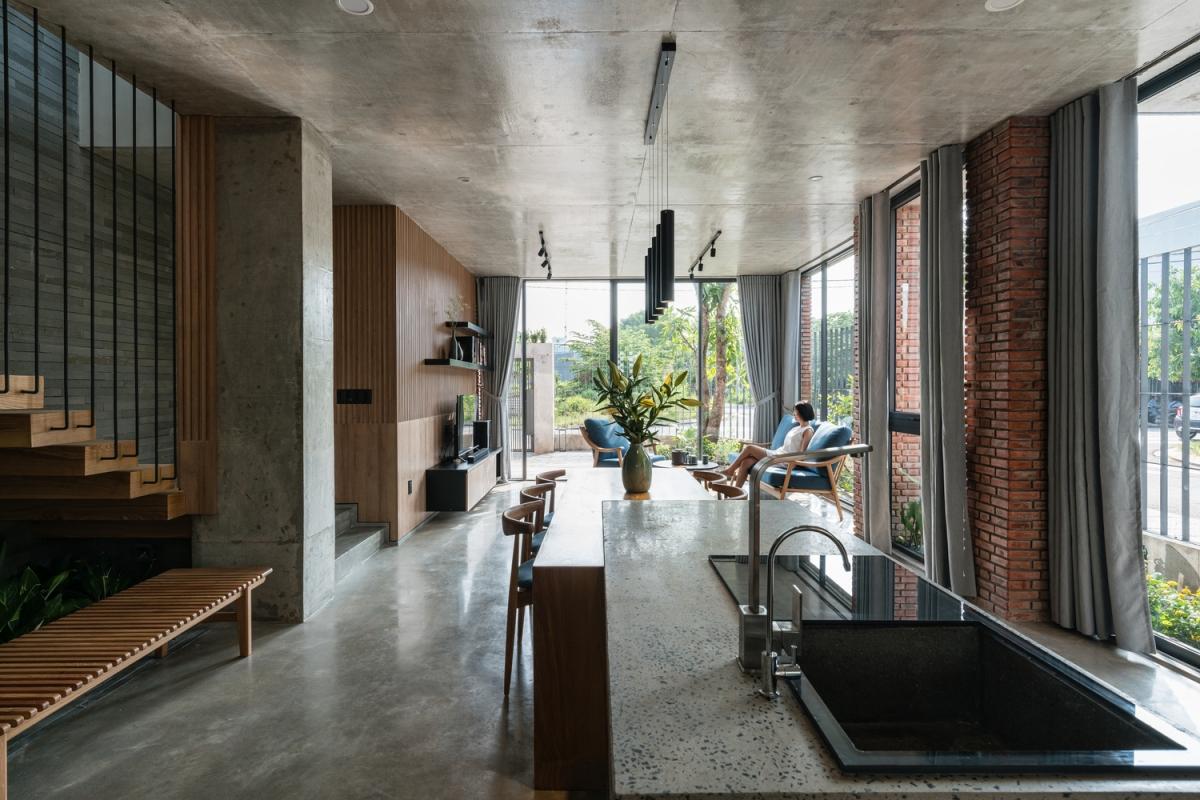 Phòng khách đặt liền kề với nhà bếp, tạo sự kết nối giữa các thành viên trong gia đình.