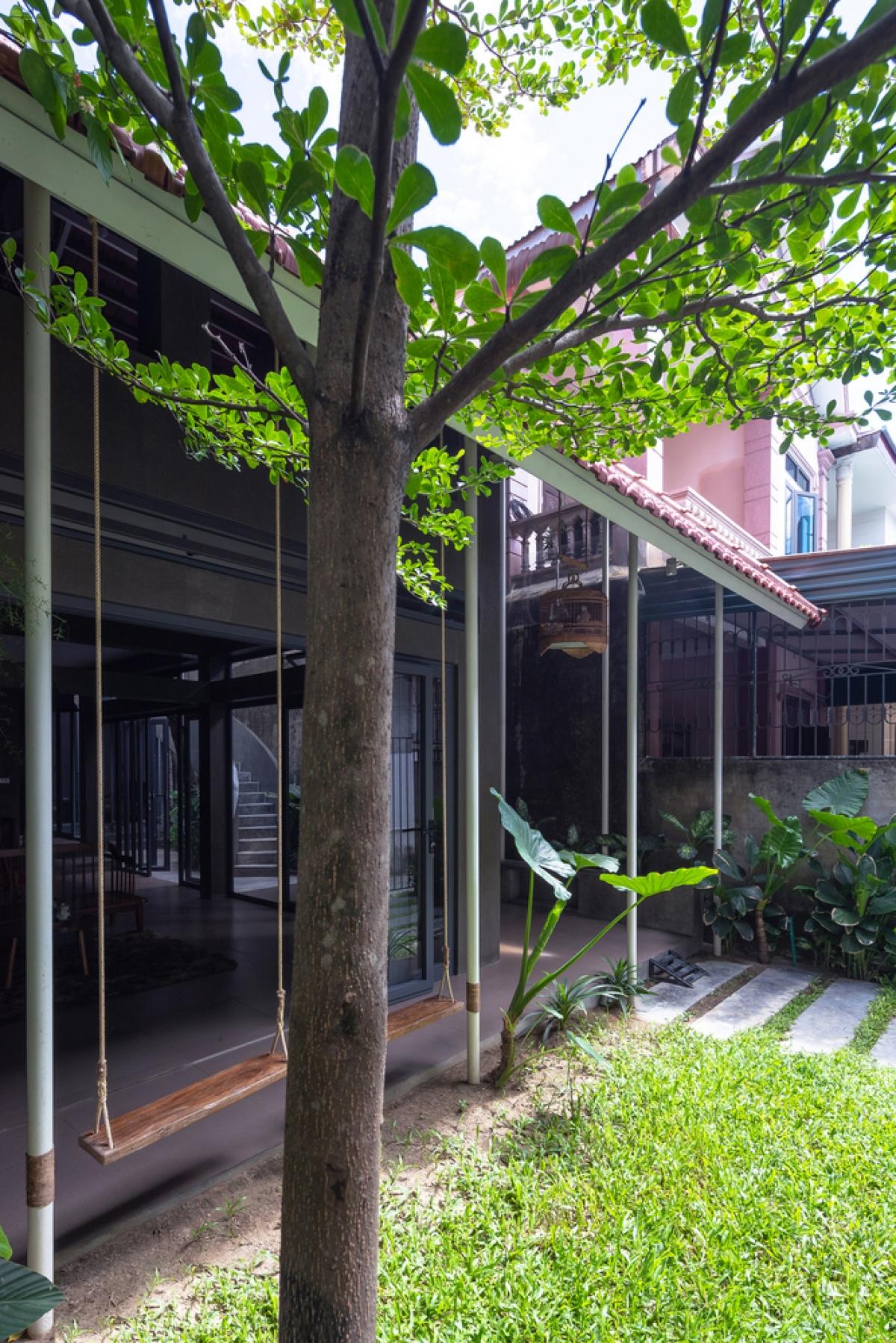 Không gian xanh được tạo nên bởi vườn cây ở khoảng sân trước. Khoảng vườn tuy không lớn nhưng cũng đủ để các thành viên có nơi hít thở bầu không khí trong lành.