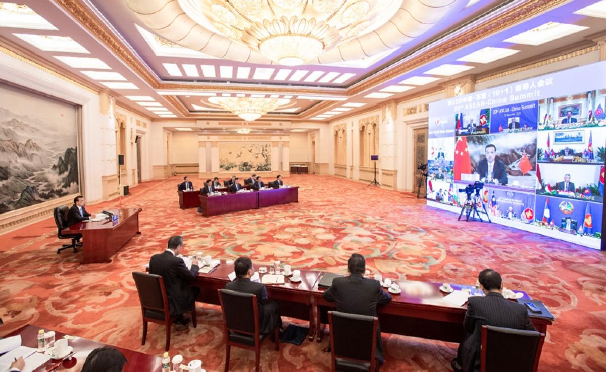 Thủ tướng Trung Quốc Lý Khắc Cương tham dự trực tuyến các hội nghị hợp tác Đông Á từ thủ đô Bắc Kinh. Ảnh: Tân Hoa Xã