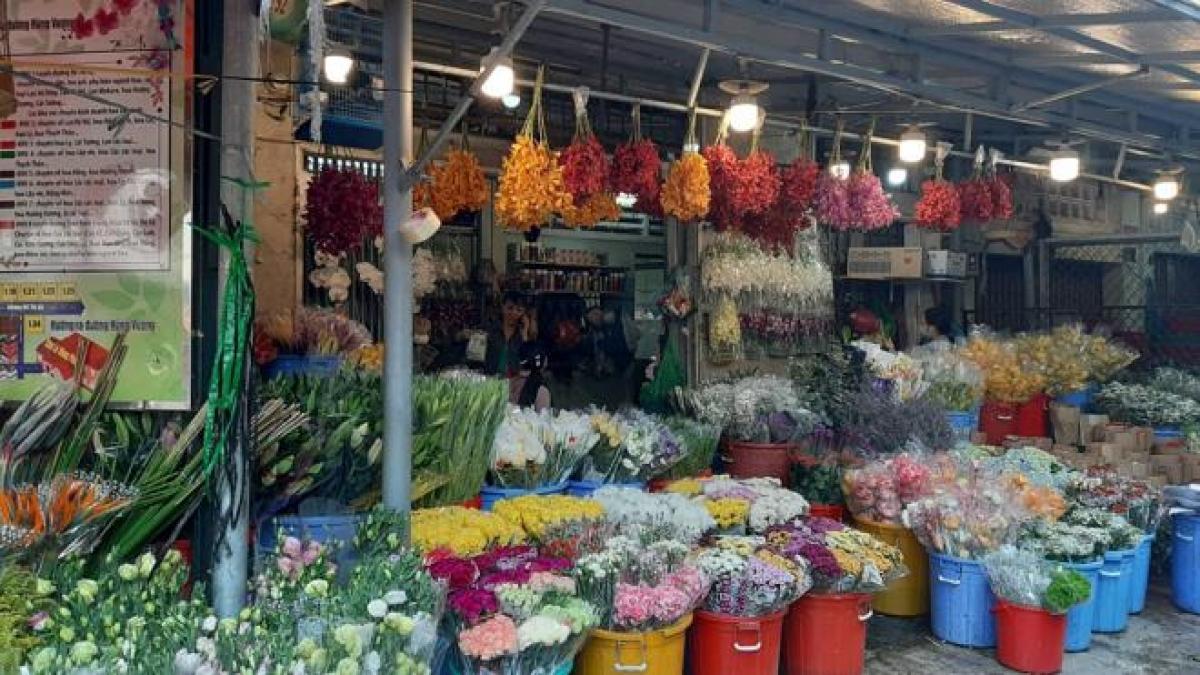 Tiểu thương chợ Hồ Thị Kỷ, Quận 10, TP.HCM bán được nhiều hoa hơn mấy dịp lễ trước. (Ảnh: Mai Thy)