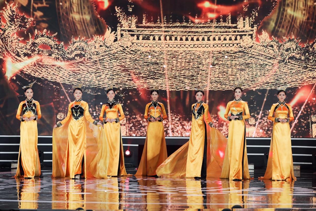 """Sự xuất hiện đồng loạt của 5 Hoa hậu đồng hành cùng top 35 thí sinh trong trang phục áo dài mang ý nghĩa to lớn thể hiện trọn vẹn tinh thần chủ đề năm nay """"Thập kỷ hương sắc""""."""