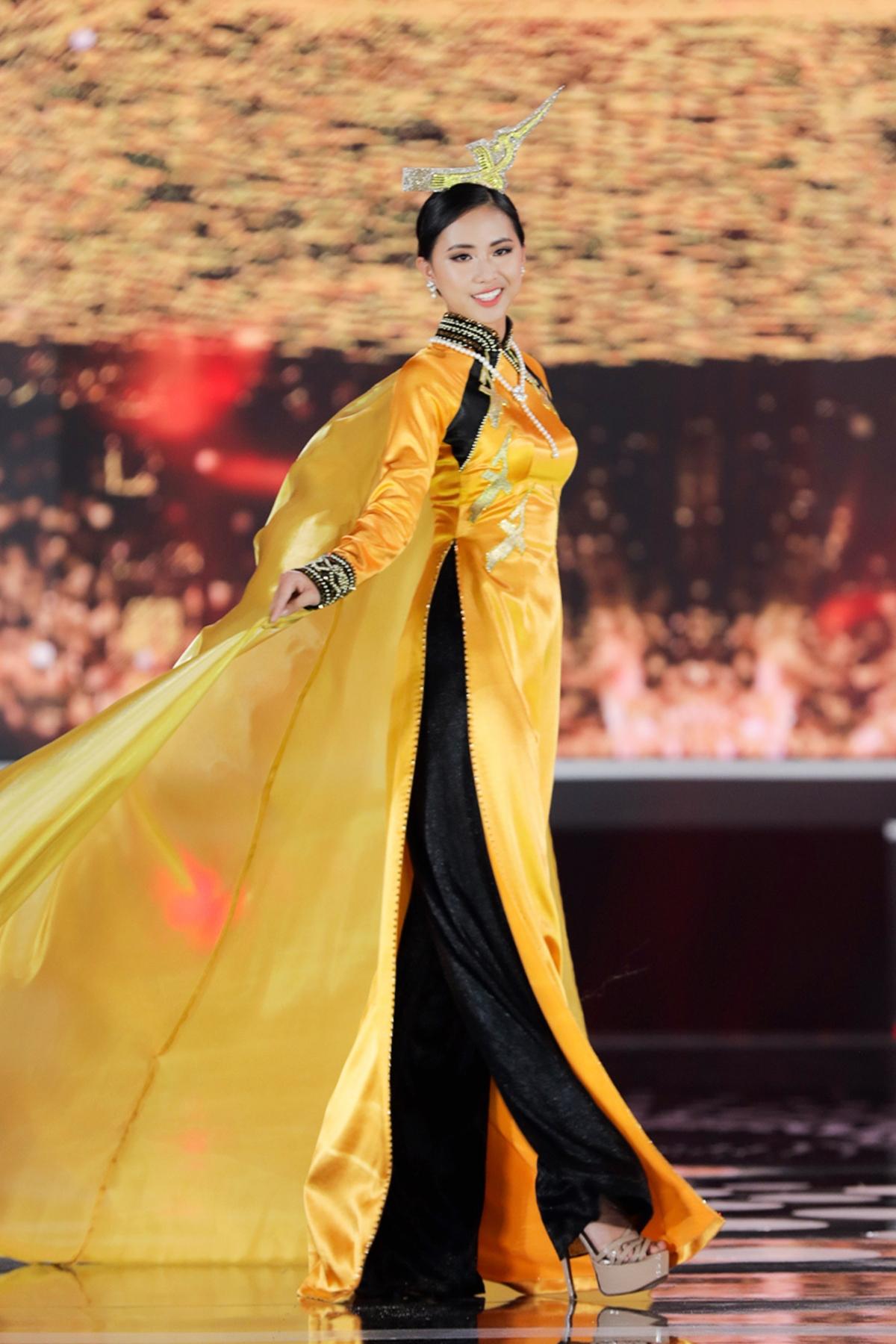Năm 2012, tín ngưỡng thờ cúng Hùng Vương vinh dự được UNESCO công nhận là di sản phi vật thể. Lớp choàng vàng của áo dài óng ả nương theo gió nhẹ bay phấp phới.