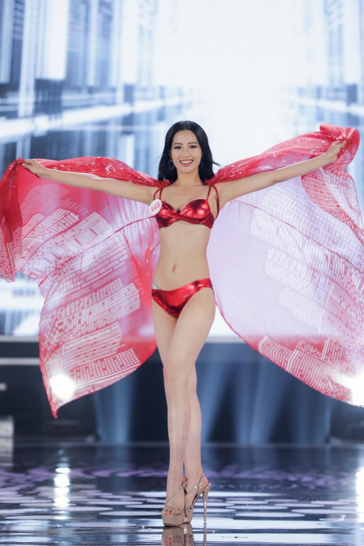 Bộ sưu tập bikini lấy tông đỏ rực rỡ làm chủ đạo kết hợp cùng ánh bạc làm bừng sáng hơn nét đẹp của các cô gái.
