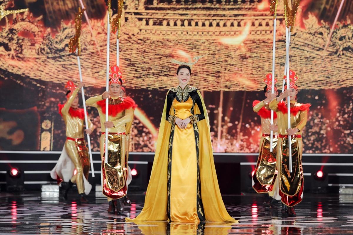 Hoa hậu Thu Thảo catwalk với áo dài họa tiết thời Hùng Vương thiết kế bởi NTK Song Toàn.