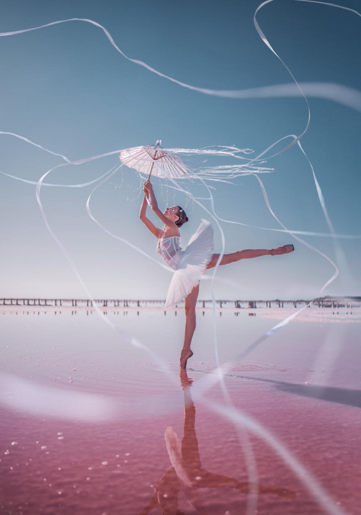 Vũ công ballet ở hồ màu hồng.