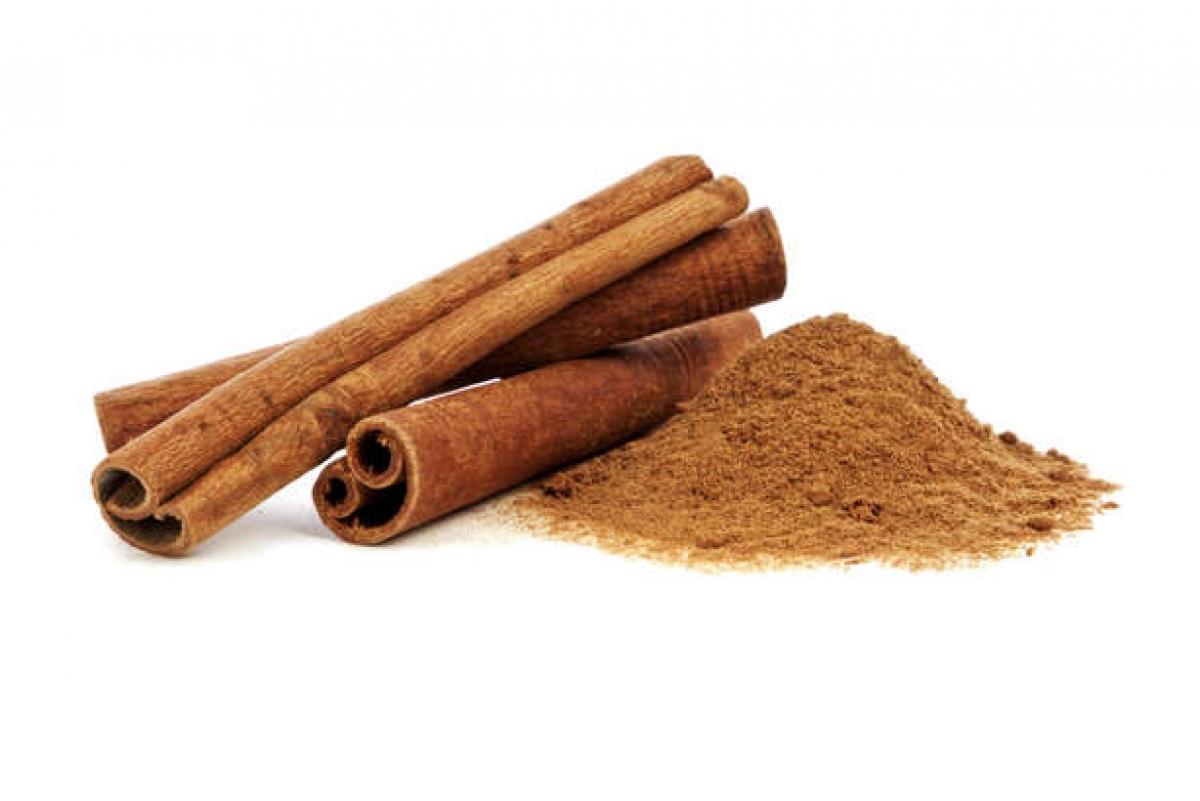Quế: Quế chứa một chất có tính sát khuẩn tên là cinnamic aldehyde, nhờ đó giúp tiêu diệt một số loại vi khuẩn khiến hơi thở có mùi. Mùi hương của quế cũng là một yếu tố giúp đánh bay mùi hôi khó chịu.