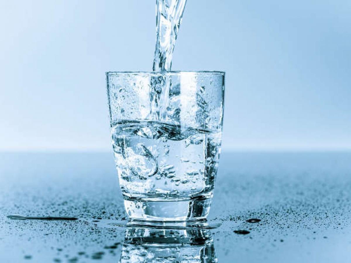 Nước: Một trong những nguyên nhân chính gây hôi miệng là do khô miệng. Nếu bạn không uống đủ nước, cơ thể sẽ bị thiếu nước, tuyến nước bọt sẽ không tiết đủ nước bọt, và điều này sẽ khiến hơi thở bạn có mùi khó chịu.