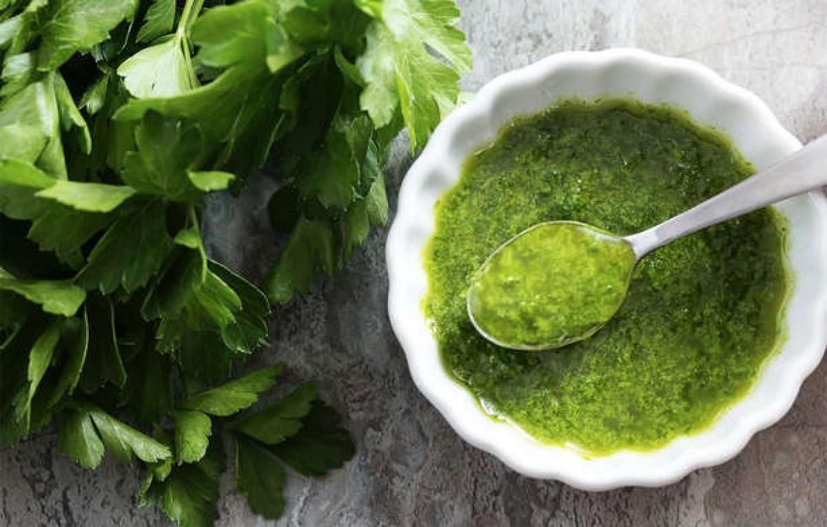 Mùi tây: Mùi tây là một trong những loại thảo dược hiệu quả nhất trong điều trị hôi miệng. Chỉ cần nhai một vài nhánh mùi tây sẽ giúp bạn trung hòa những mùi hôi khó chịu trong khoang miệng.