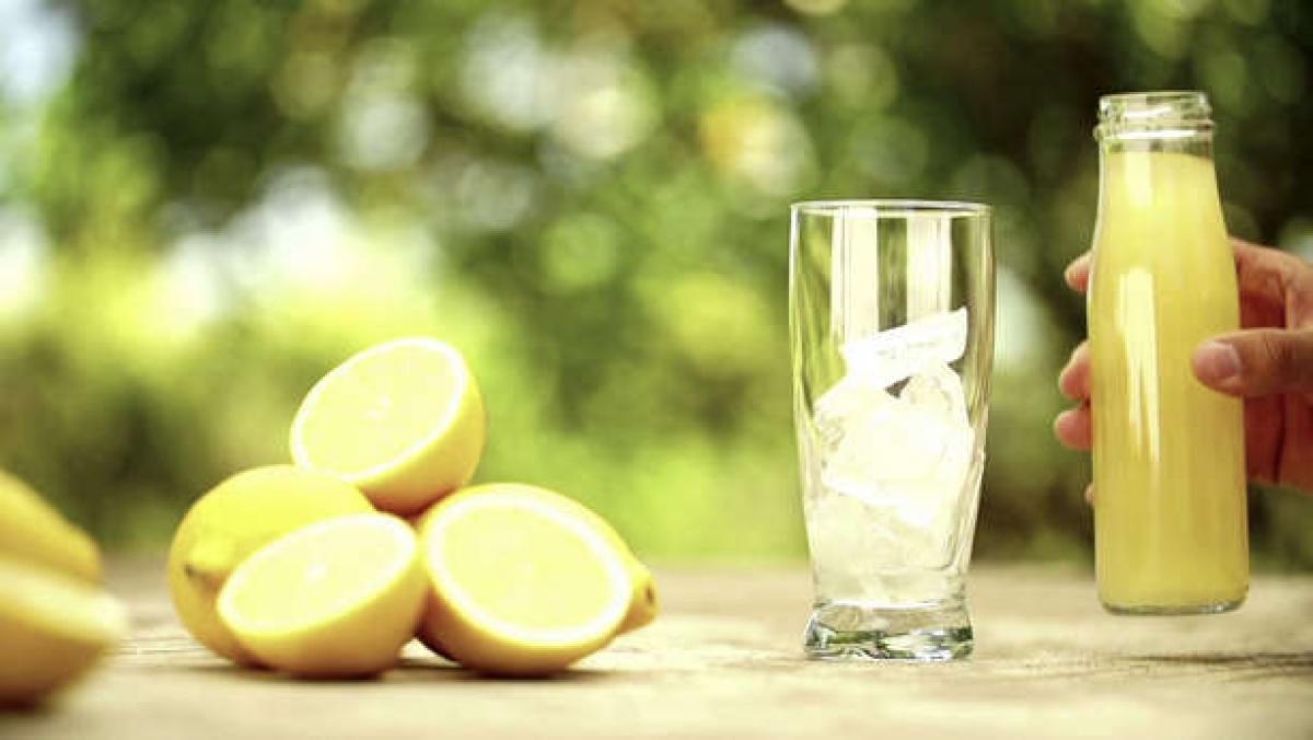 Nước chanh: Nước chanh giàu axit citric giúp kích thích sản sinh nước bọt, từ đó loại bỏ mùi hôi khó chịu trong khoang miệng.