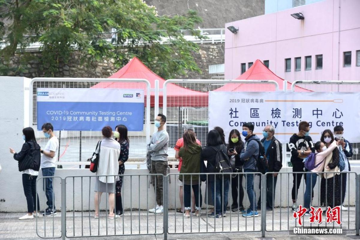 Người dân Hong Kong đi xét nghiệm tại khu dân cư. Ảnh: Chinanews