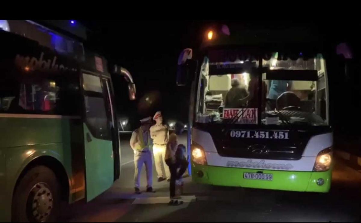 Ngay trong đêm, hành khách đã được chuyển sang xe khác để tiếp tục hành trình đảm bảo an toàn.