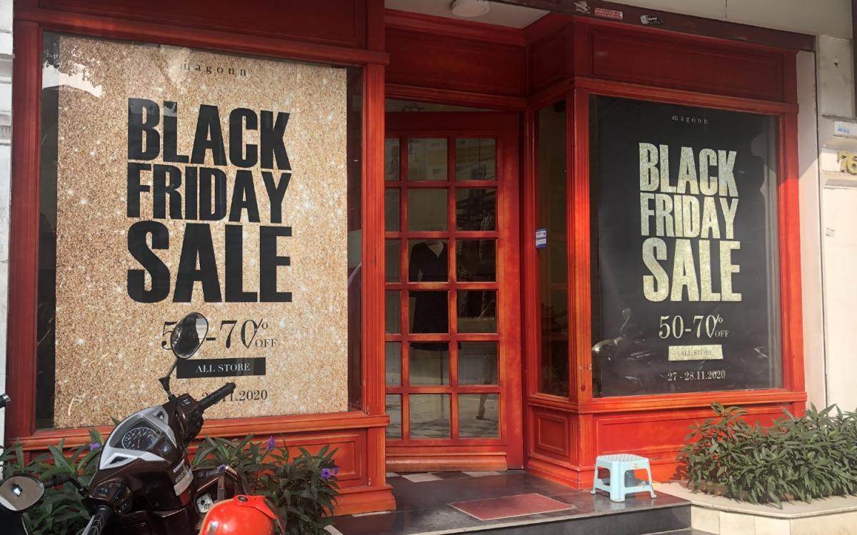 """""""Chính hội"""" Black Friday (27/11/2020) nhưng nhiều cửa hàng tại Hà Nội khách vẫn vắng teo dù đã treo biển sale """"sập sàn"""", giảm giá """"khủng""""... để thu hút người mua."""