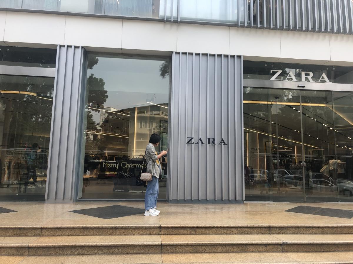 Trung tâm mua sắm lớn tại Hà Nội vắng khách vào mua sắm dù bên trong hàng hóa giảm giá ngập tràn.
