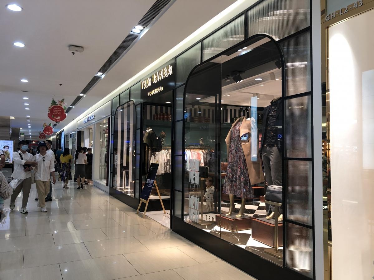 """Chị Thanh Hà, một chủ shop trong trung tâm thương mại ở Hà Nội chia sẻ: Khách vào cũng chỉ """"dạo qua giá cả thị trường"""" rồi lại đi ra, không mạnh tay chi tiêu như mọi năm."""