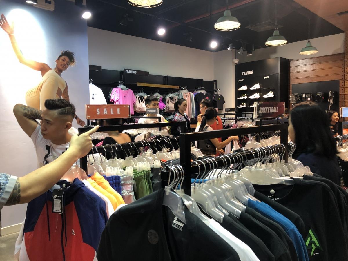 Các mức giảm giá được nhiều cửa hàng đưa ra là từ 30 - 50%, thậm chí có nơi giảm tới 70 - 80%.