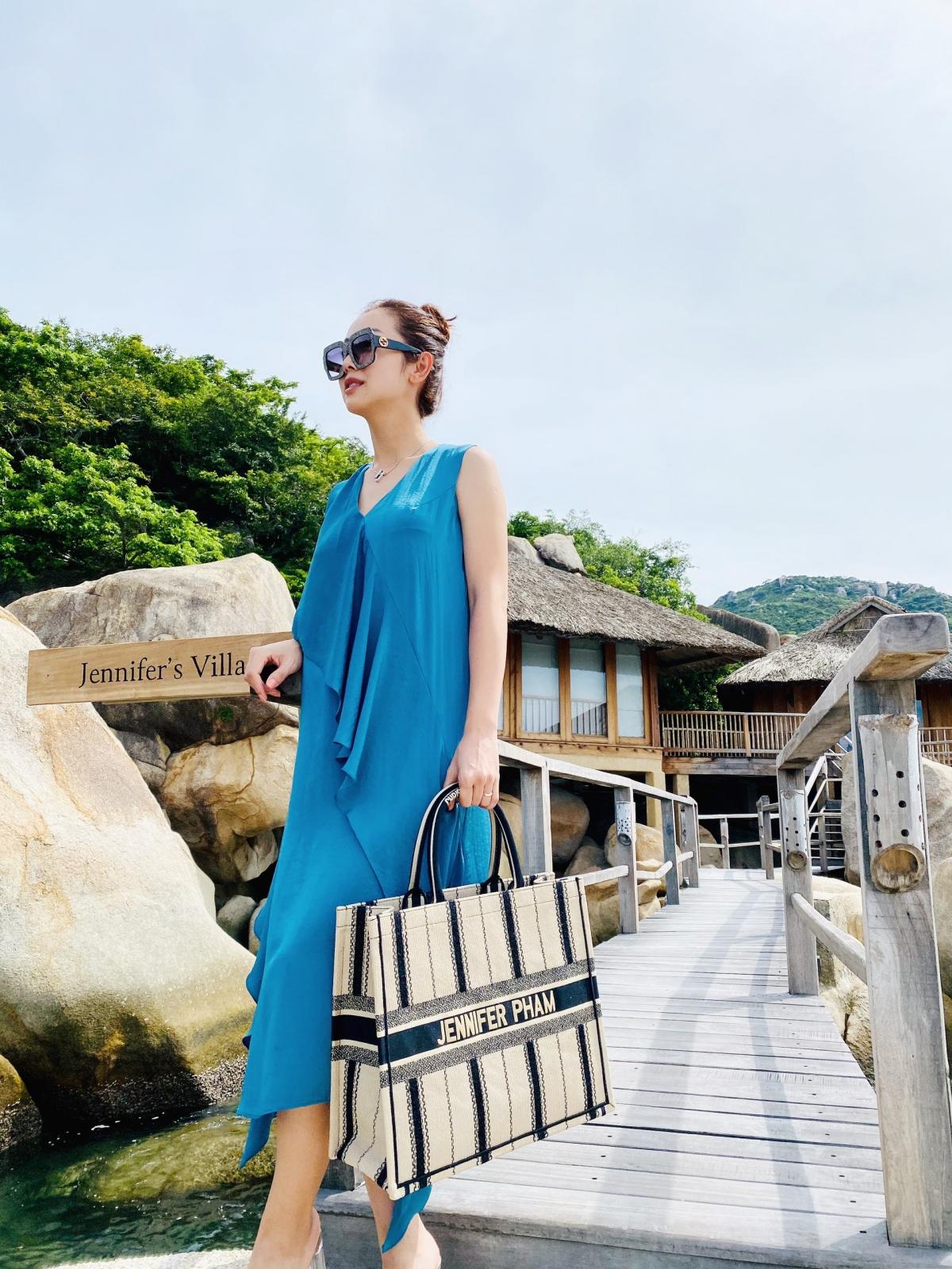 Jennifer Phạm mê đắm cảnh sắc thiên nhiên nơi đây. Cô xách theo tote bag hàng hiệu thêu tên mình.
