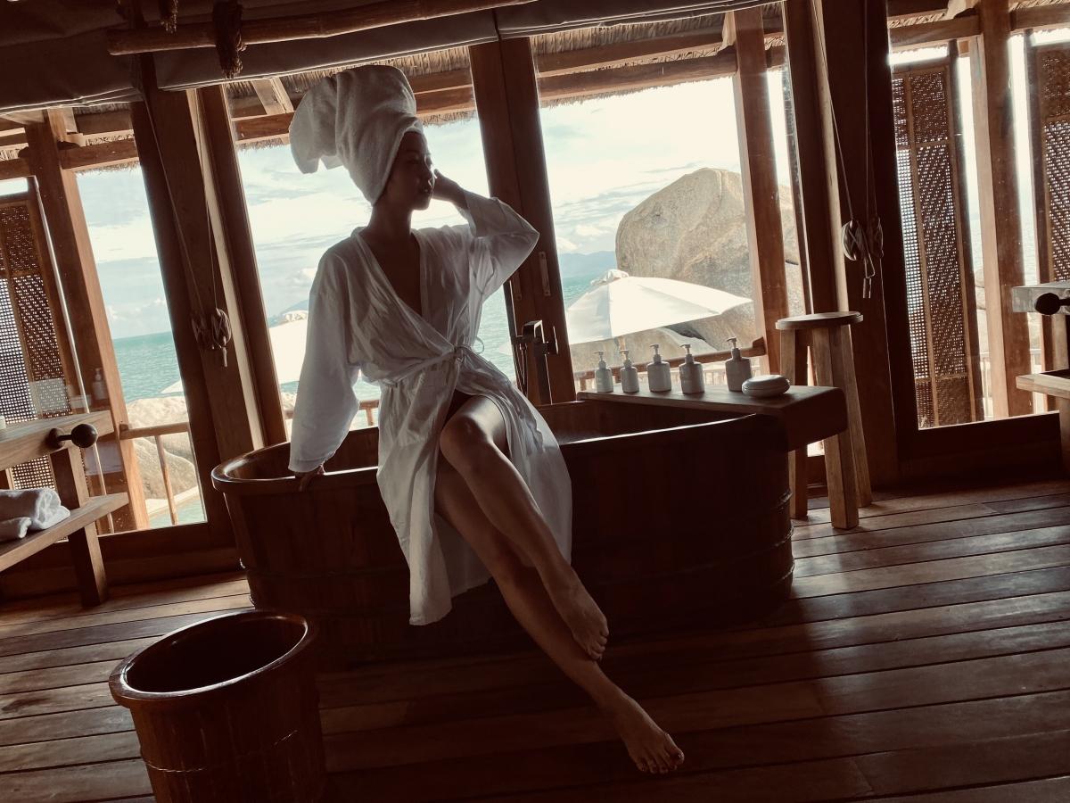 """Phòng tắm view ra biển cũng là địa điểm """"sống ảo"""" yêu thích của Jennifer Phạm."""