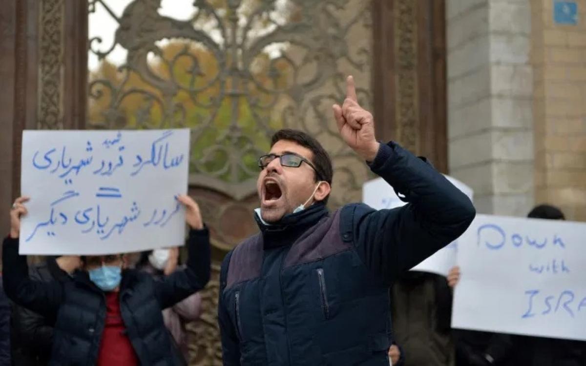 Người Iran biểu tình sau khi xảy ra vụ ám sát ông Fakhrizadeh. Ảnh: Anadolu.