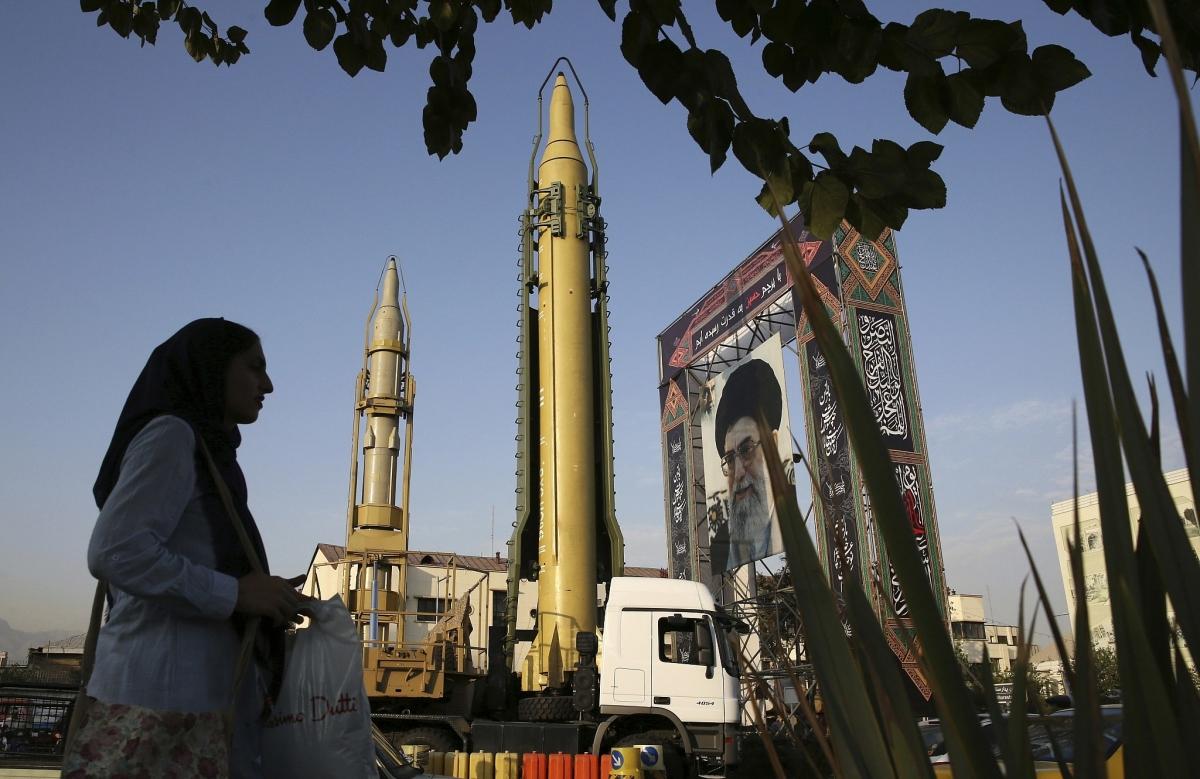 Tên lửa đất đối đất và chân dung lãnh tụ tối cao Iran Leader Ayatollah Ali Khamenei. Ảnh chụp năm 2017: AP