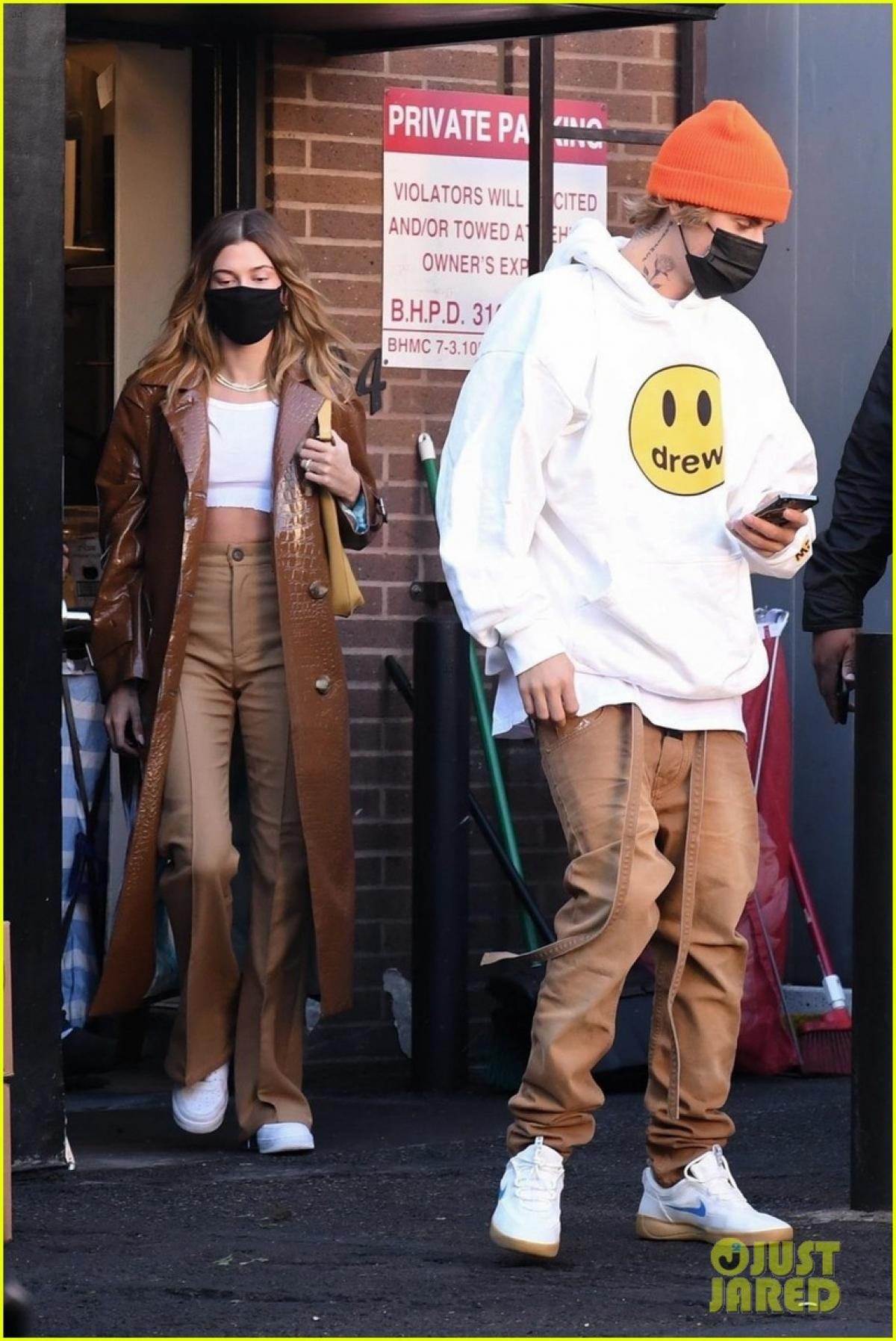 Vợ chồng Justin Bieber và Hailey Baldwin bị cánh săn ảnh bắt gặp khi vừa rời khỏi nhà hàng Italy Il Pastaio ở Beverly Hills vừa qua.