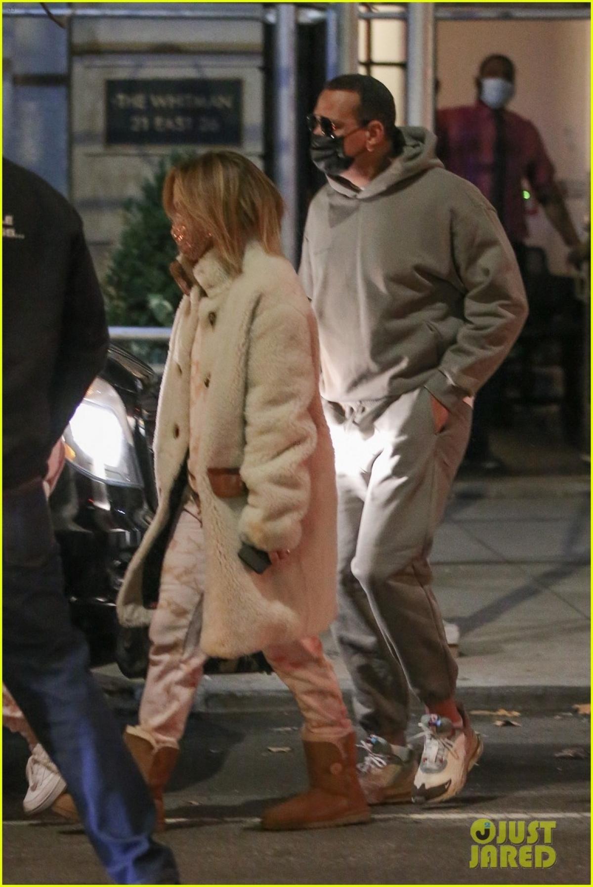 """Jennifer Lopez trở thành """"tâm điểm"""" của sự chú ý khi đi ăn tối lãng mạn cùng hôn phu kém 6 tuổi - Alex Rodriguez ở Mỹ hôm 24/11 vừa qua."""