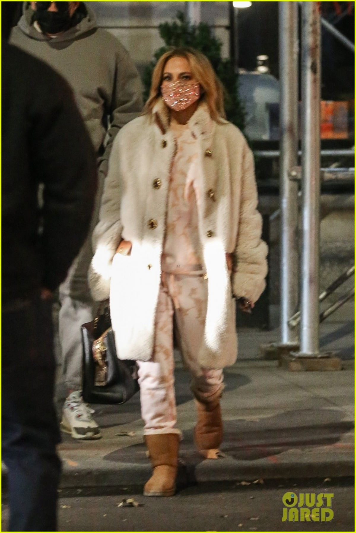 Nữ ca sĩ duỗi tóc thẳng, mặc đồ ấm áp ra phố trong tiết trời giá lạnh.