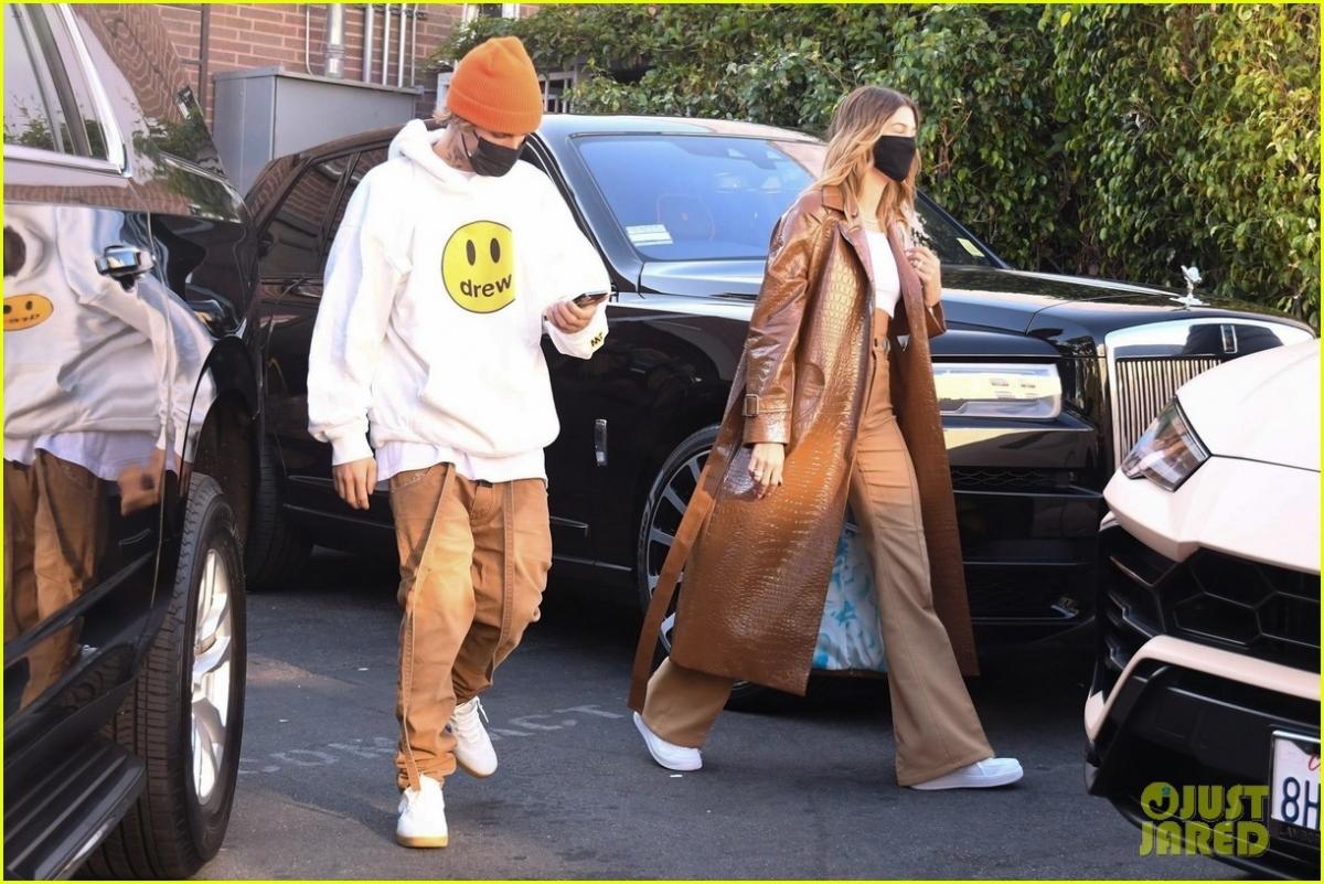 Cả hai gây chú ý khi mặc đồ đồng điệu ra phố.