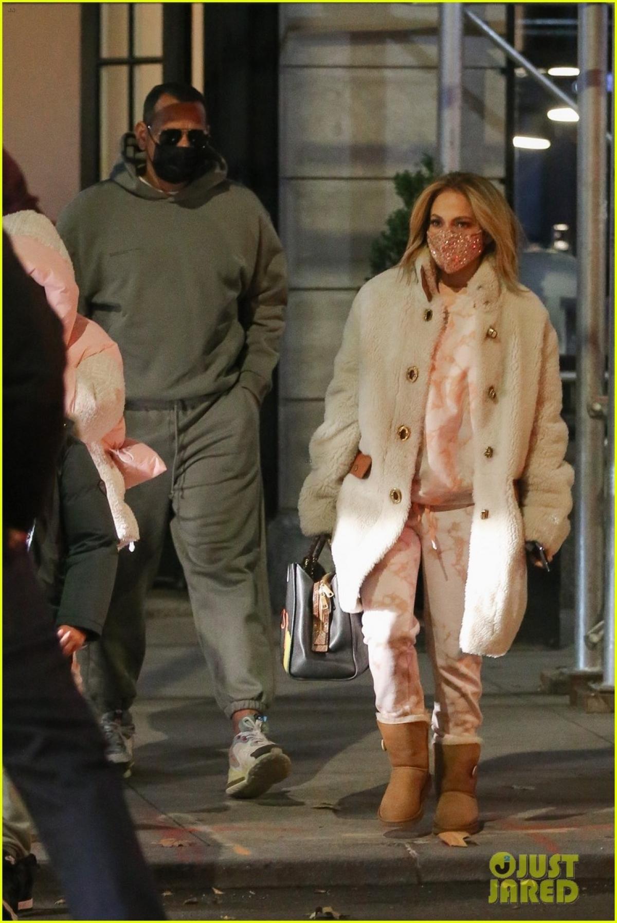 Ở tuổi 52, Jennifer Lopez sở hữu vẻ ngoài trẻ trung, cuốn hút.