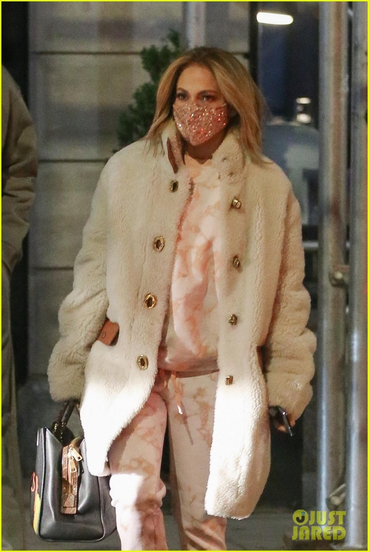 Trong buổi phỏng vấn trước đó với Today, Jennifer Lopez đã thẳng thắn chia sẻ về cuộc sống hiện tại của cô với hôn phu Alex Rodriguez cũng như khoảng thời gian giãn cách xã hội do dịch Covid-19.