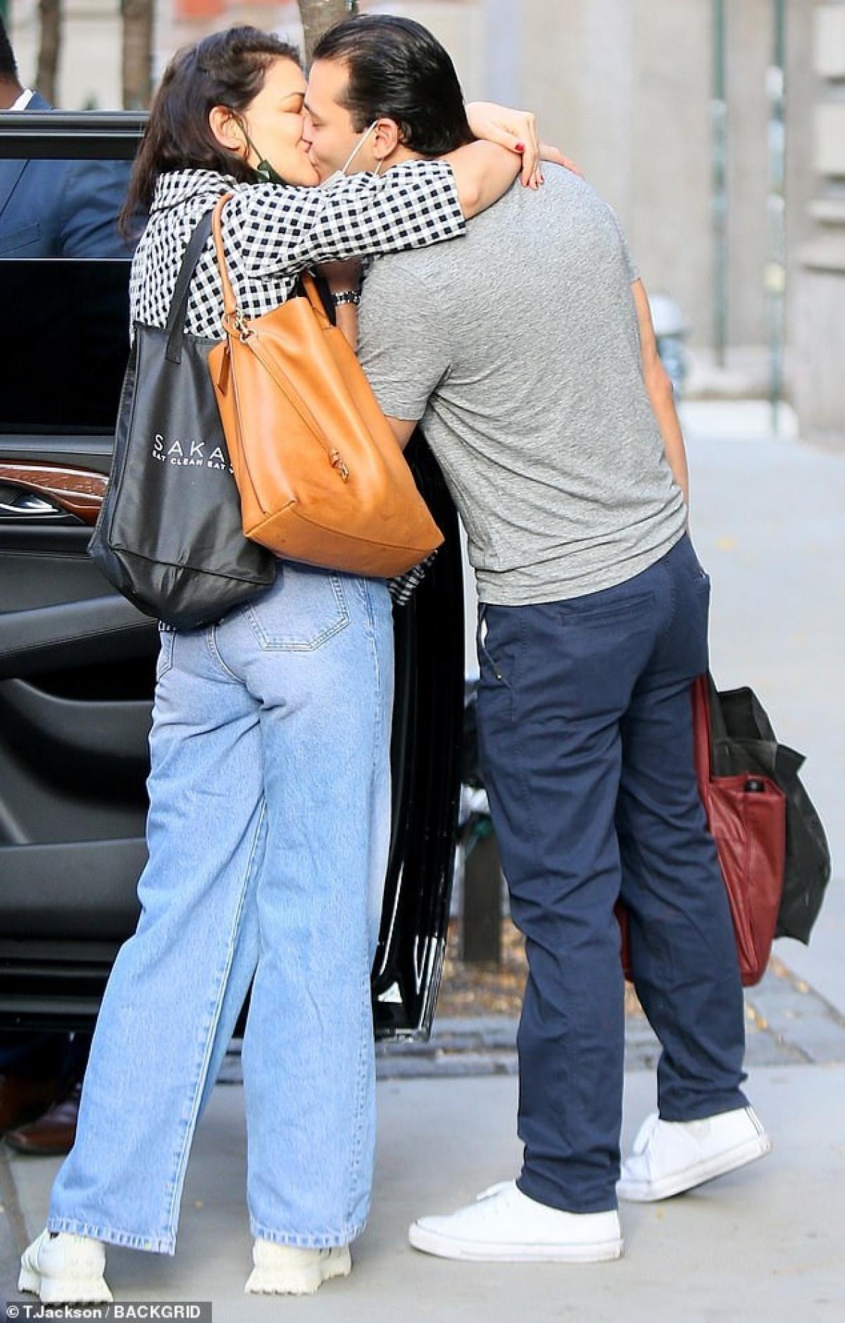 Katie Holmes ngọt ngào hôn bạn trai Emilio Vitolo Jr khi cả hai đang đi chơi ở New York ngày 27/11 vừa qua, theo giờ địa phương.