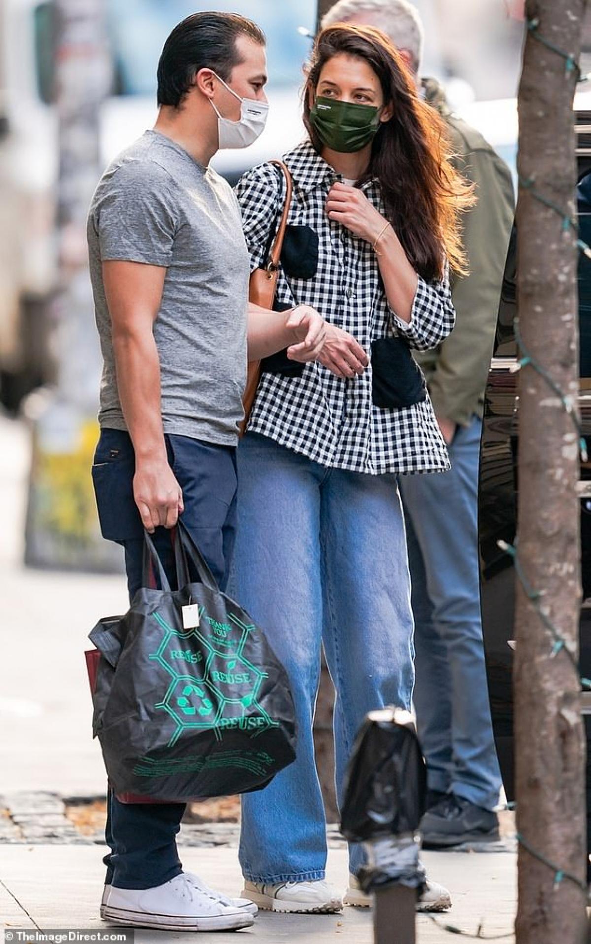 Nữ diễn viên 41 tuổi diện áo sơ mi kẻ caro và quần jeans trẻ trung. Trong khi đó, người yêu cô lại mặc đồ khỏe khoắn.