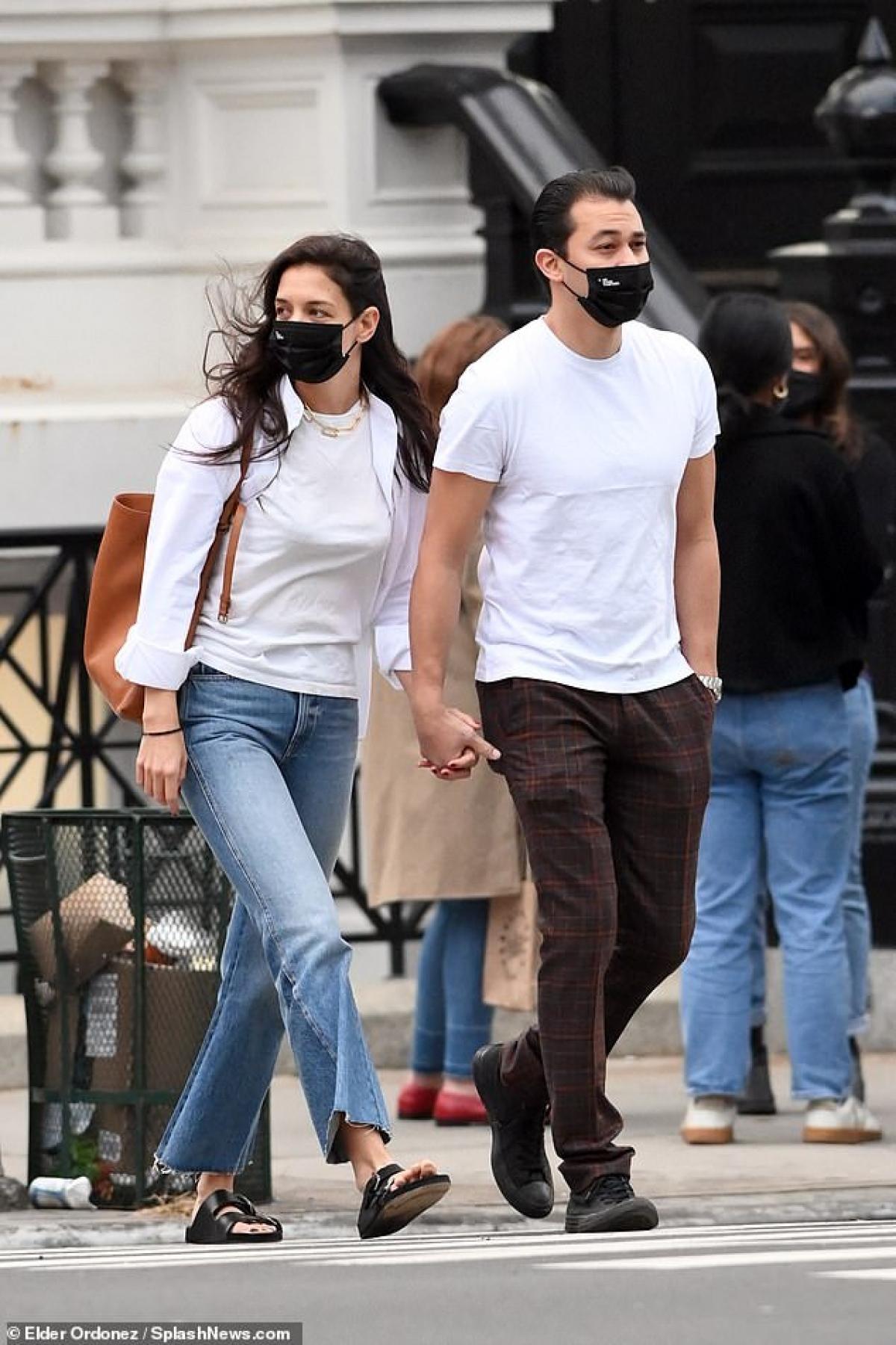 Katie Holmes và bạn trai quấn quýt mỗi ngày từ khi công khai mối quan hệ vào tháng 9.