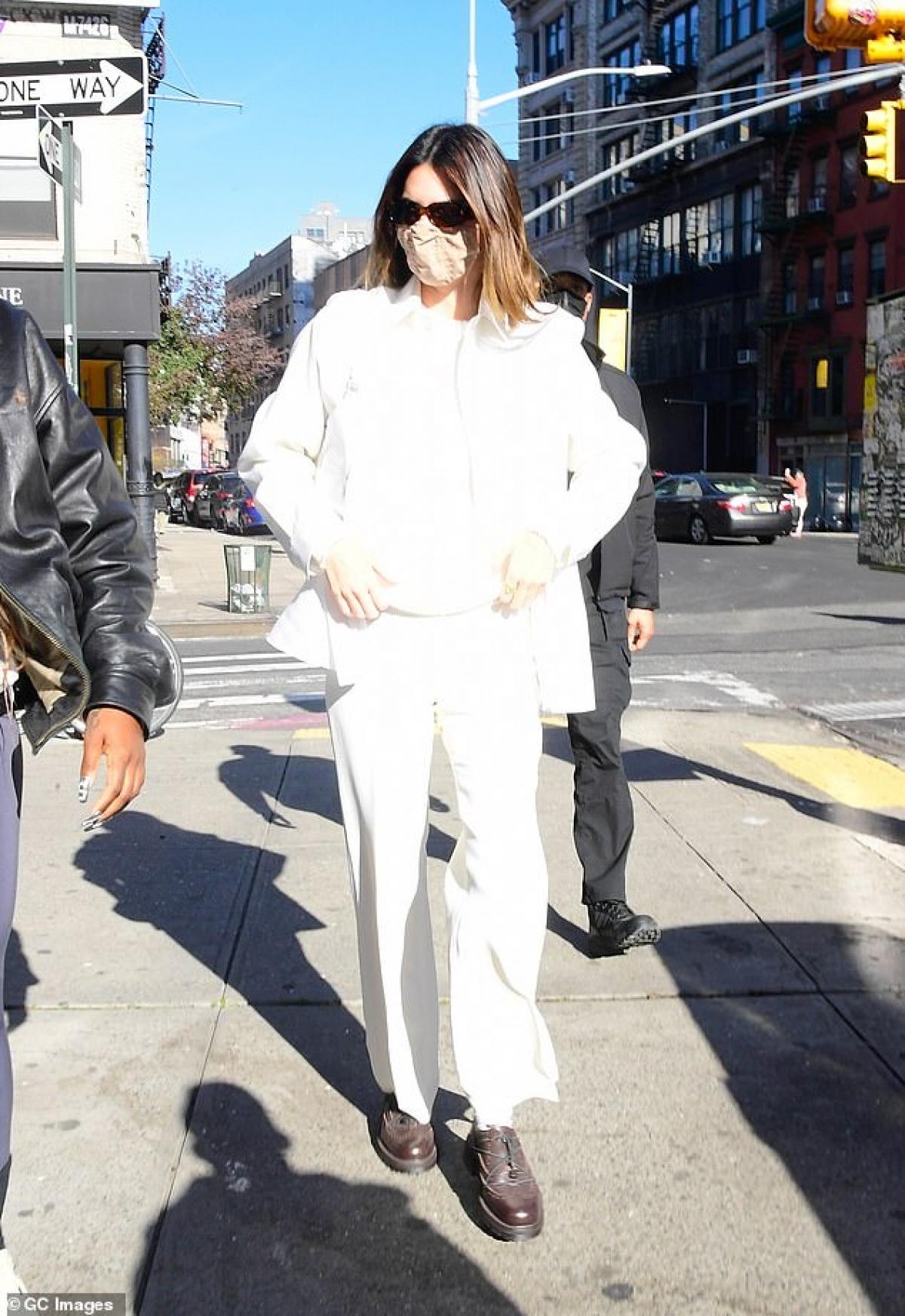 Tuy nhiên cô khẳng định, cô bị xoi sét kỹ càng hơn khi theo nghề người mẫu vì nhiều người không tin vào khả năng của cô. Chính vì vậy, để khẳng định bản thân, Kendall Jenner nói cô phải nỗ lực hơn nhiều hơn nữa./.