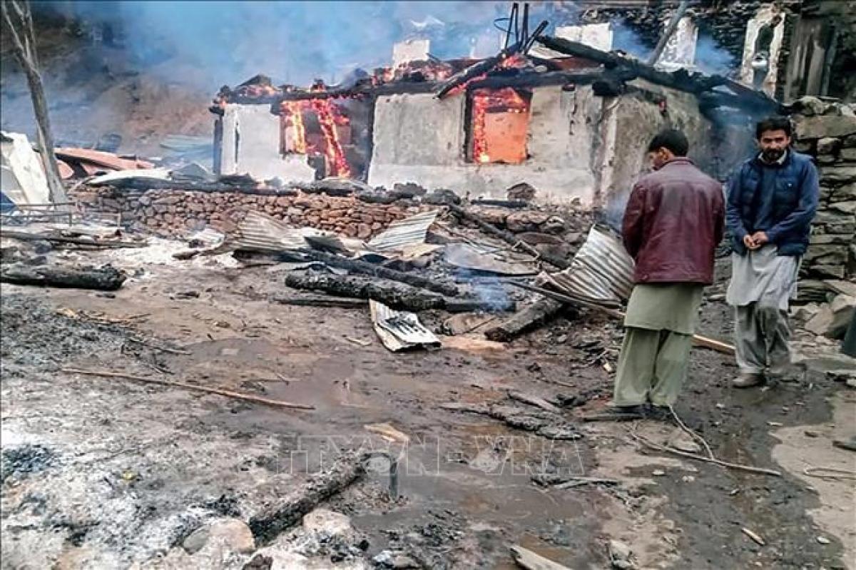 Một ngôi nhà bị thiêu rụi sau cuộc pháo kích trong xung đột giữa Ấn Độ và Pakistan tại khu vực Ranh giới kiểm soát (LoC) ở Kashmir, ngày 13/11/2020. Ảnh: AFP/TTXVN