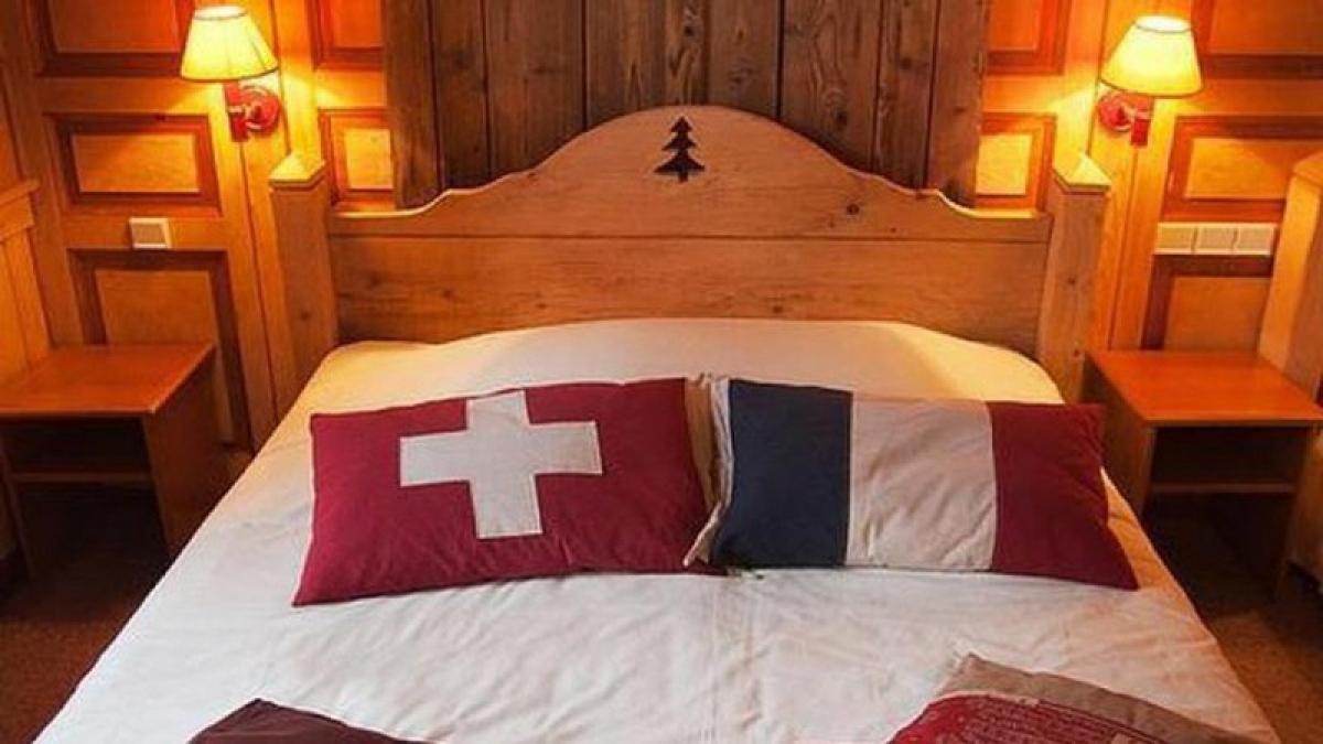 Một chiếc giường trong khách sạn Arbez nằm giữa Pháp và Thuỵ Sĩ.
