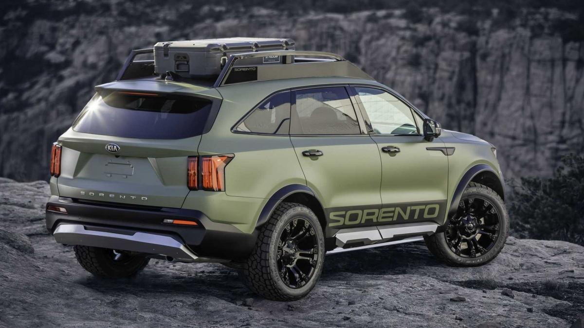 Trên nóc xe, một giá để đồ được trang bị, tích hợp bộ đèn LED trợ sáng. Cản trước cùng cản sau được nâng cấp với khả năng chịu va đập tốt hơn, kết hợp cùng vòm bánh xe mở rộng với lốp off-road.