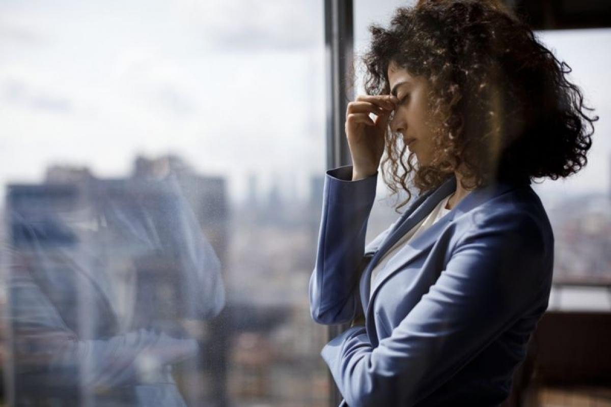Căng thẳng: Căng thẳng quá độ có thể gây tình trạng kinh nguyệt thất thường. Khi bạn lo âu hoặc căng thẳng, cơ thể sẽ tiết ra hormone cortisol, và chất này có thể ảnh hưởng đến quá trình rụng trứng.