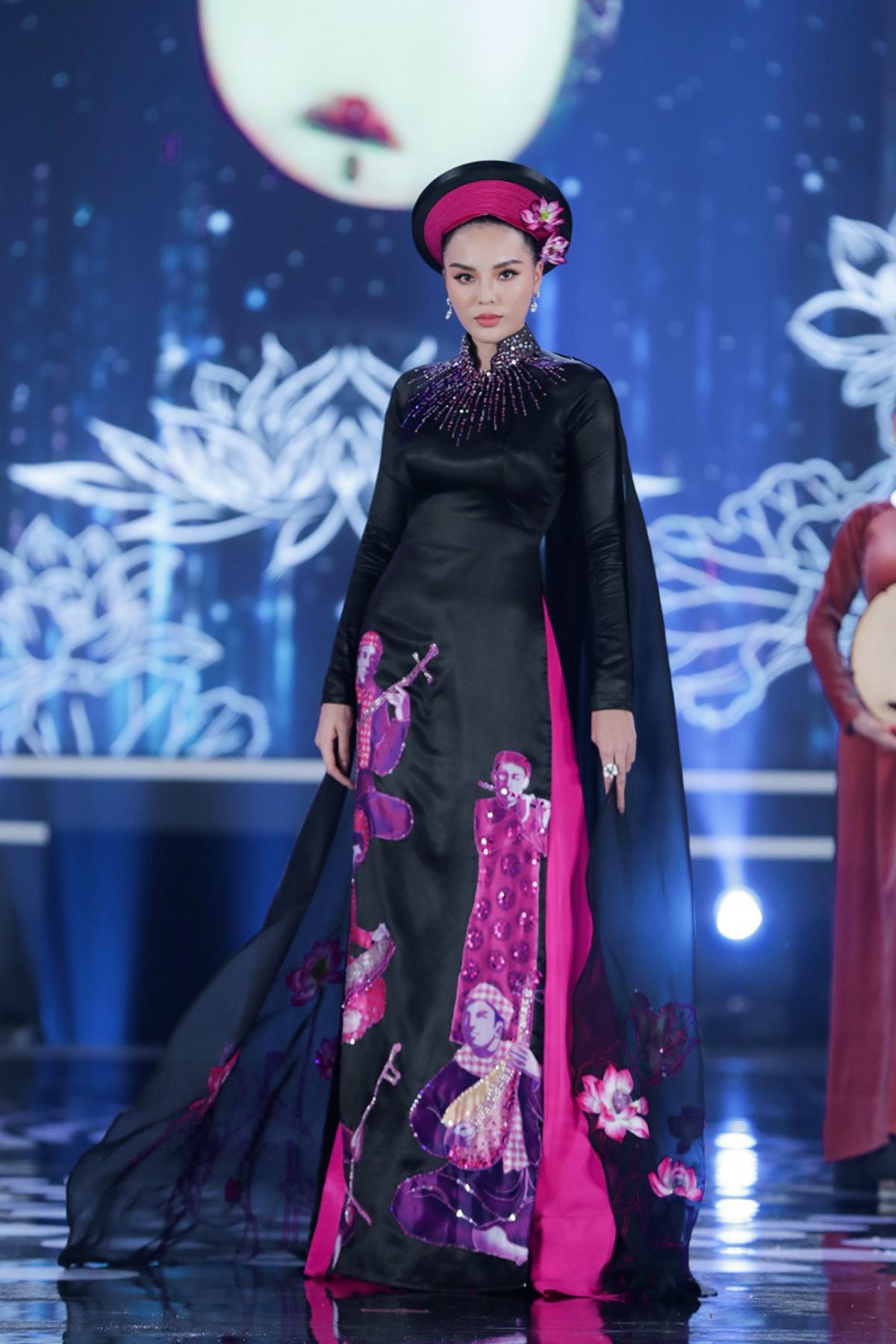 Kế đến, Hoa hậu Kỳ Duyên xuất hiện cực thần thái trong áo dài họa tiết đờn ca tài tử do NTK La Sen Vũ tạo nên.