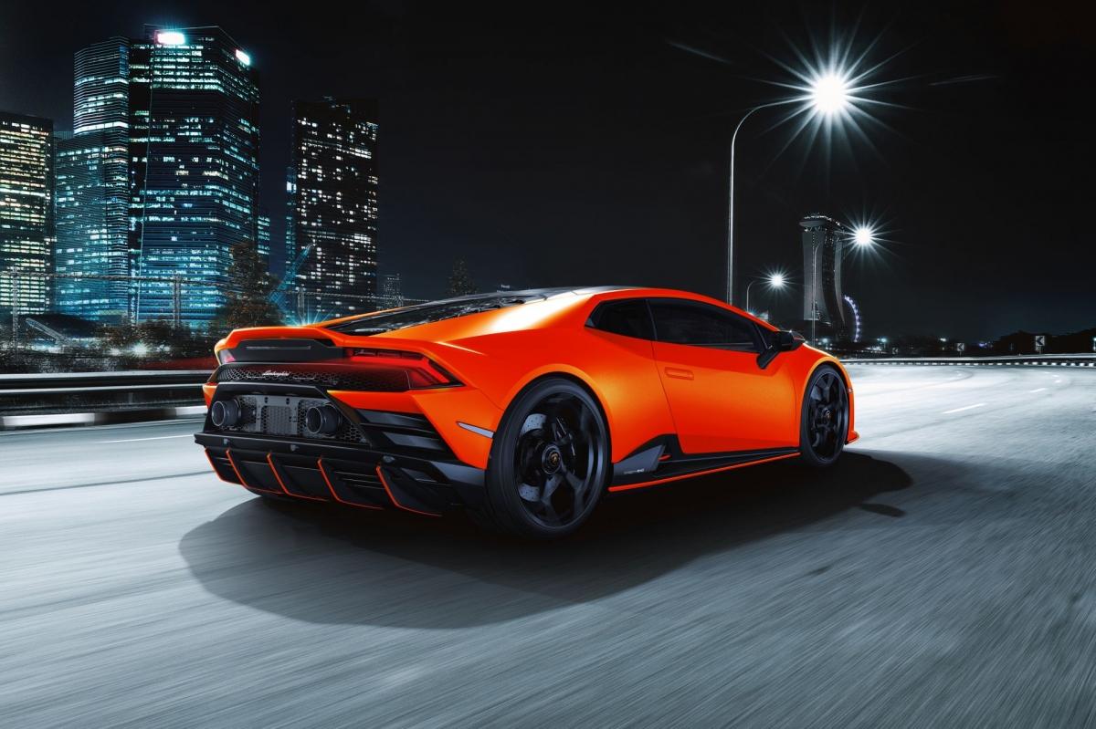 Xe sở hữu bốn chế độ lái gồm Strada (Street), Sport, Corsa (Track) và chế độ tùy chỉnh Ego. Trên mẫu xe này, Lamborghini cũng mang đến công nghệ đánh lái trục bánh sau nhằm giúp xe vận hành ổn định và linh hoạt hơn.