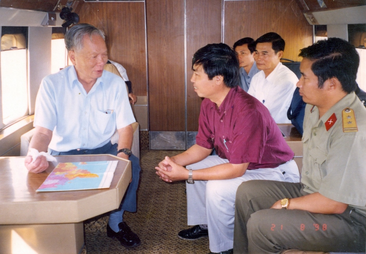 Nhà báo Trương Cộng Hòa trò chuyện với ông Lê Đức Anh trong chuyến công tác