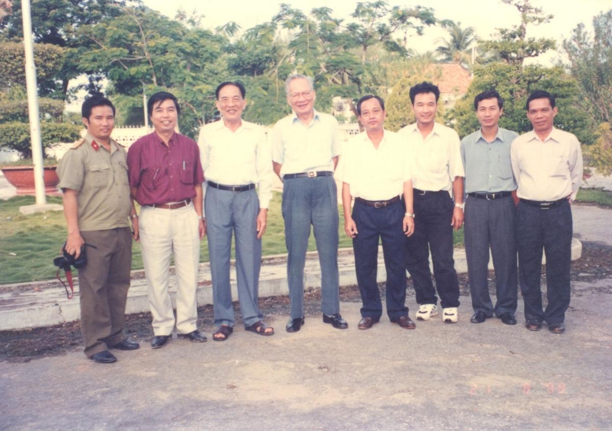 Nhà báo Trương Cộng Hòa (áo đỏ, đứng thứ hai từ trái sang) tháp tùng ông Lê Đức Anh trong một chuyến công tác (Ảnh do tác giả cung cấp)