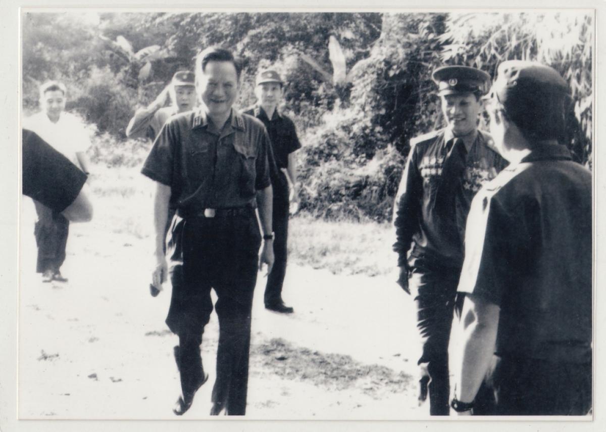 Tư lệnh Lê Đức Anh thăm đơn vị 817 tại chiến trường Campuchia năm 1983 - Ảnh: tư liệu
